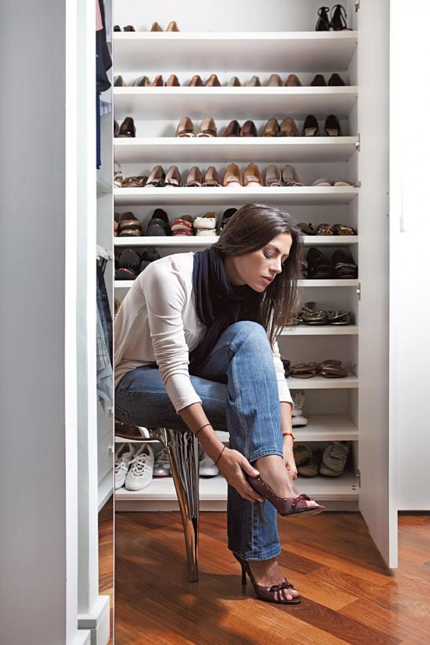 Provador Ela deixa um banquinho no closet para facilitar a produção
