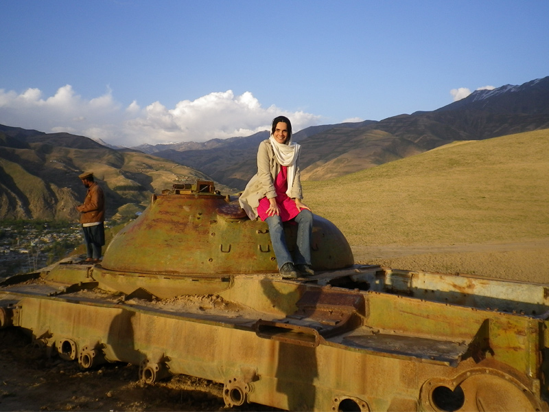 Adriana em um velho tanque soviético