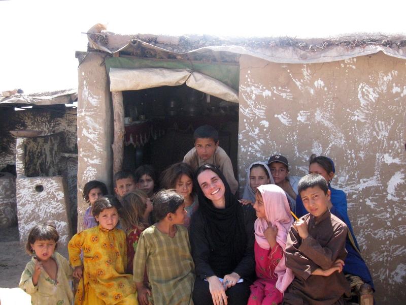 Adriana entre os refugiados no campo Jalzai Peshavar no Paquistão