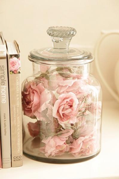 Uma sugestão é transferir as rosas do buquê para secarem em um pote como este