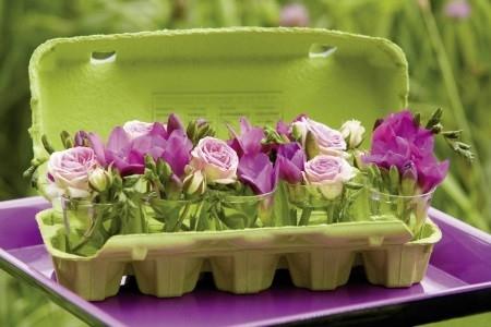 Uma caixa de ovos pode funcionar para abrigar mini copos de flores ou até servir de suporte para uma hortinha