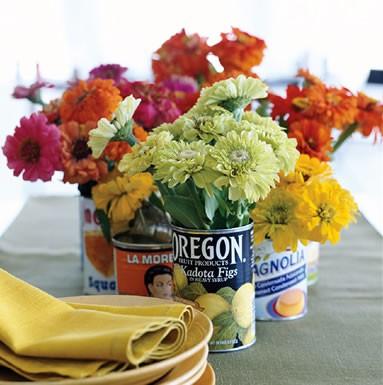 Latinhas de alimentos com diferentes rótulos deixam as flores com ares kitsch