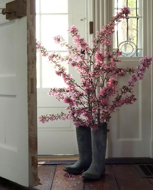 Se a vontade é aposentar as galochas, elas podem ficar lindas de vaso para as flores de galhos
