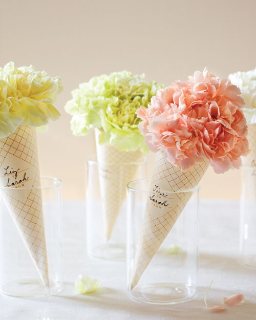 Aqui a casquinha de sorvete é apoiada por um copo. Uma sugestão para arranjo de mesa