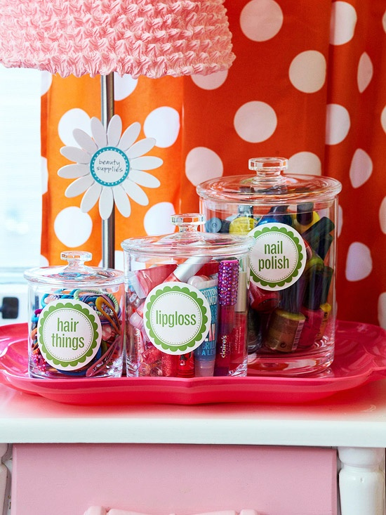 Em potes de vidros, além de ficar decorativo, é fácil de escolher a cor que será usada