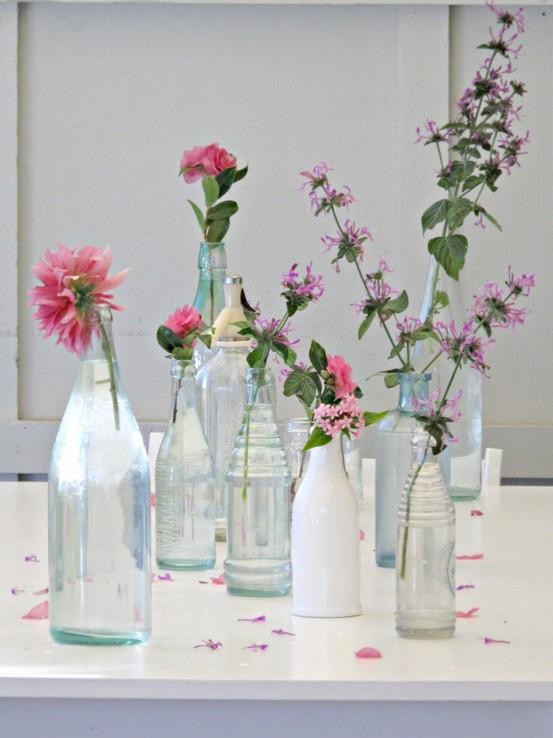 Uma mesa cheia de garrafas, uma diferente da outra. A graça aqui é misturar padrões
