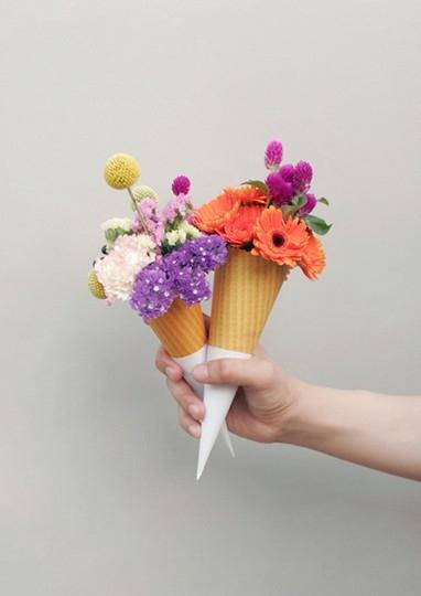Bem simples: uma casquinha de sorvete e flores variadas