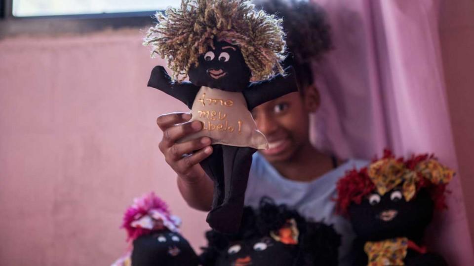 Com as bonecas feitas à mão pela avó