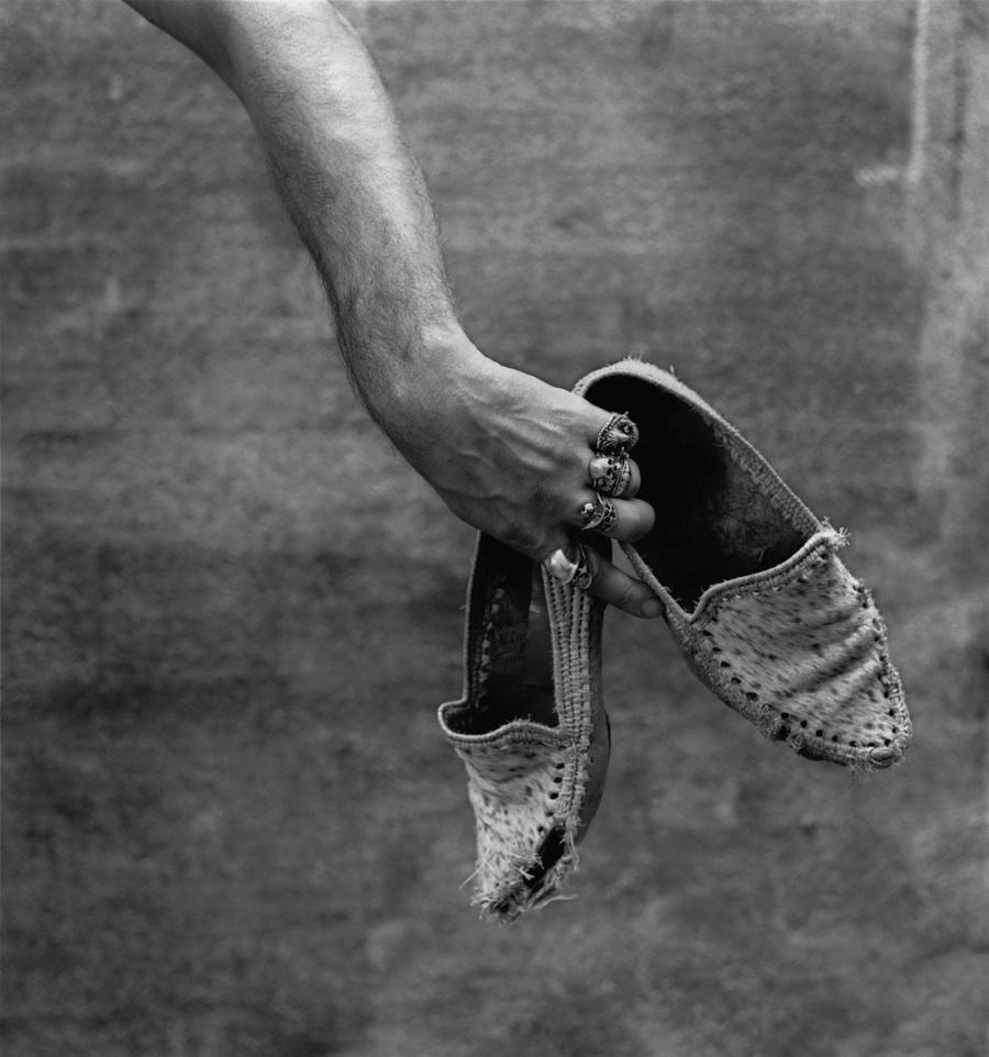 Alberto García-Alix. Autorretrato con mocasines, 1988 © Alberto García-Alix. VEGAP. Madrid, 2013