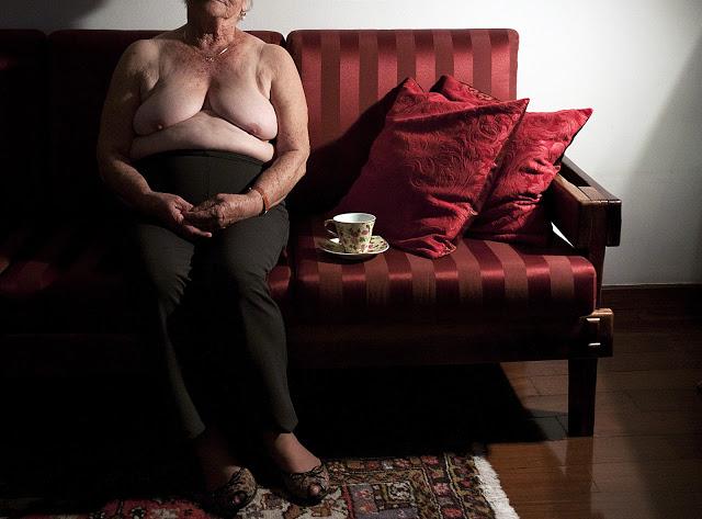 """A avó, 83 anos, aposentada - Catarina* teve uma criação rígida nos anos 1940, quando o conservadorismo imperava no Brasil. As mulheres permaneciam presas a um sistema patriarcal que as subjugava. Ela aprendeu que vaidade não era coisa de 'mulher direita', foi obrigada a casar aos 21 anos sem ter ao menos beijado o noivo, e não gostava de ficar nua nem mesmo sozinha no quarto. As décadas se passaram e ela aprendeu com as quatro filhas, frutos de outra geração, a respeitar o próprio corpo. Hoje, aos 84 anos, ela anda sem sutiã quando está com muito calor, vai ao salão de beleza semanalmente, compra roupas que valorizam seu corpo e de vez em quando se arrisca com decotes. """"Falam que peito de velha é caído e flácido. Mas os meus não estão tão murchinhos assim"""", diz"""