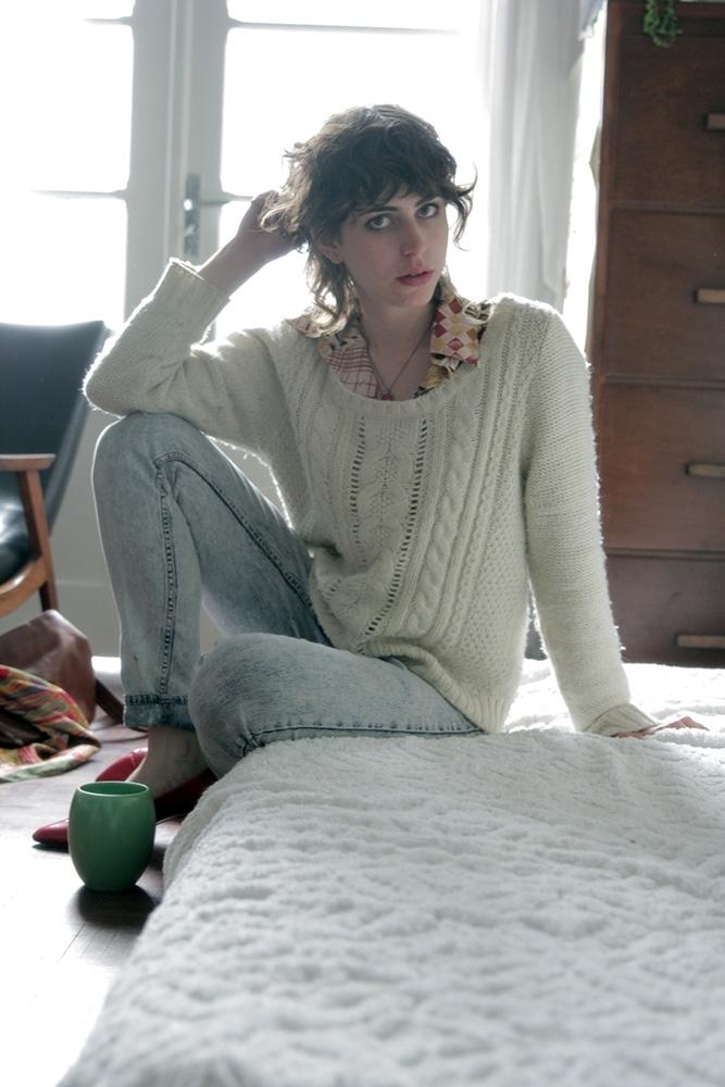 Saí de casa ainda cedo para entregar café e me vesti pensando em sair com os meus amigos depois do trabalho. Calça jeans H&M, sapato de um brechó de Berlim, camisa de um brechó da Austrália e blusa de lã que era de uma amiga