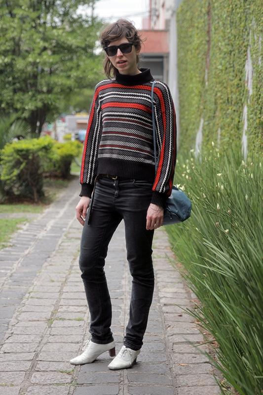 Acordei atrasada e não consegui achar nada para vestir. Peguei a blusa do meu namorado e saí correndo! Blusa de lã do namorado, calça Cheap Monday, cinto do asilo de Curitiba, bolsa de um brechó de Porto Alegre, óculos Primark e sapato do asilo de Curitiba