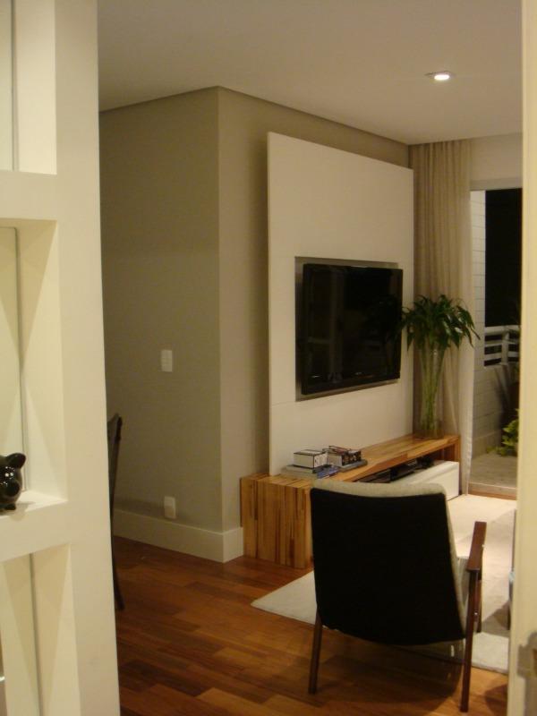 Sala com cor suave valorizada pelo rodapé branco l Projeto NeoArq