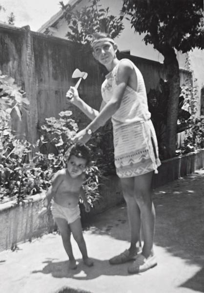 Astrid aos 3 anos, com um primo