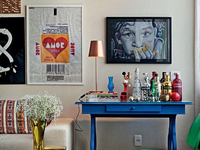 O seu bar pode ser naquela escrivaninha velha que você não quer mais. Dá uma lixada e pinta com uma cor bonita pra você ver que beleza que fica.