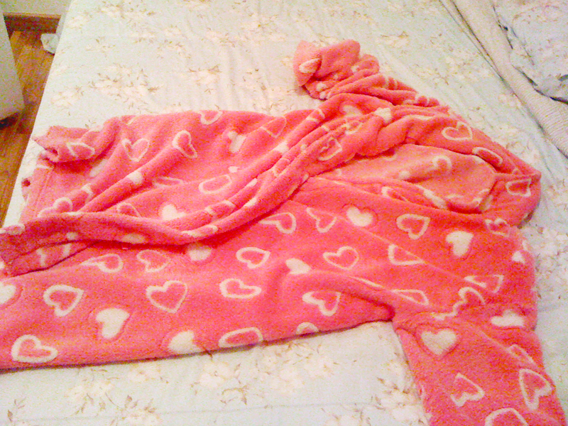"""""""Uso este roupão rosa de corações para dormir durante todo o inverno todo"""""""