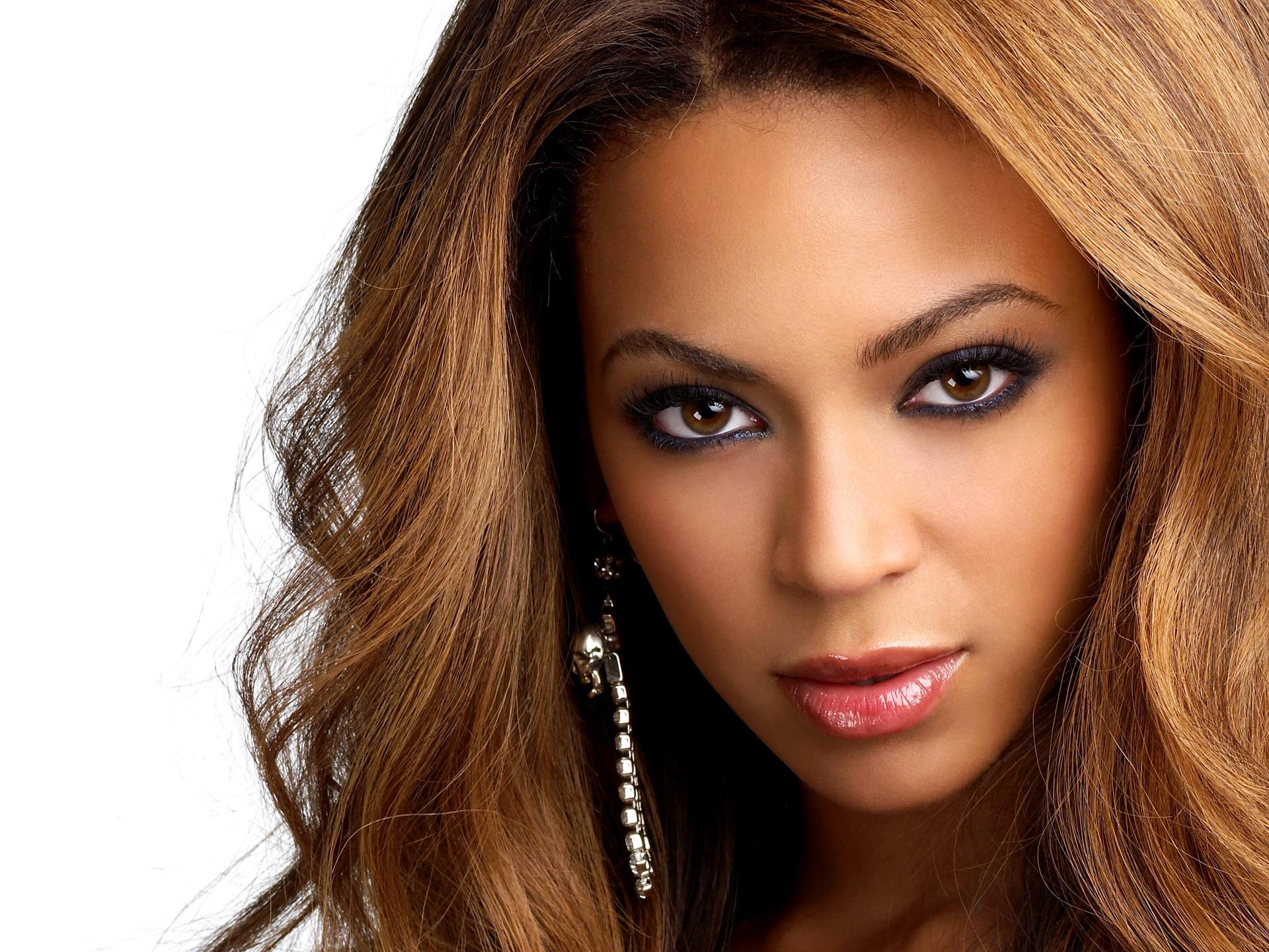 Beyoncé - Sempre fico vendo videoclipes dela! Tenho uma playlist só com clipes dela que fico fazendo karaokê e tentando imitar. A Beyoncé só melhora. Tenho muito orgulho dela. Ela é demais. Ela é muito melhor que a Madonna. Por causa dela eu até comecei a gostar da Lady Gaga