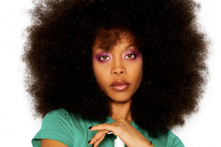Por baixo do turbante, a diva Erykah Badu ostenta um poderoso black power
