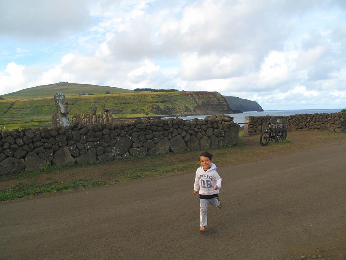 Reno Kai curtindo a liberdade em Ahu Tongariki