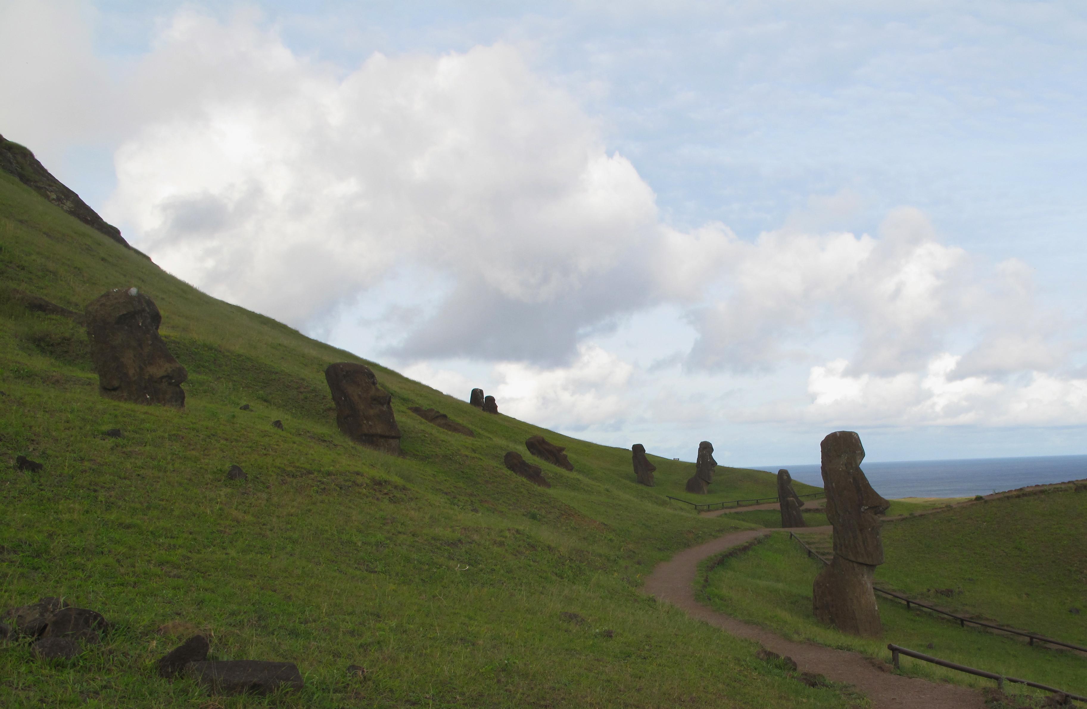 """Encosta do vulcão Ranu Raraku, a """"fábrica"""" dos Moais"""
