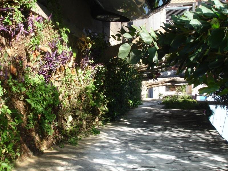 Calçada mal conservada e sem fiscalização