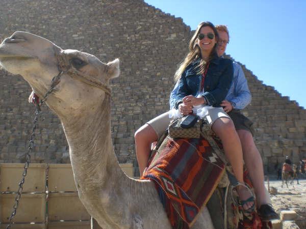 Mercedez, Ladas e camelos dividem a mesma faixa de trânsito ao redor do Nilo