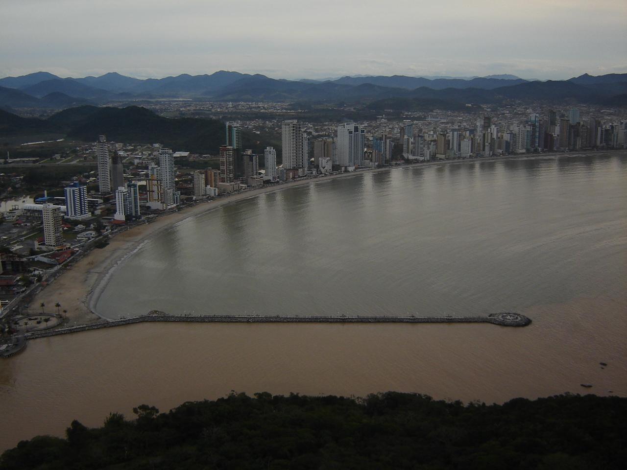 O encontro do rio Camboriú com o mar visto do teleférico