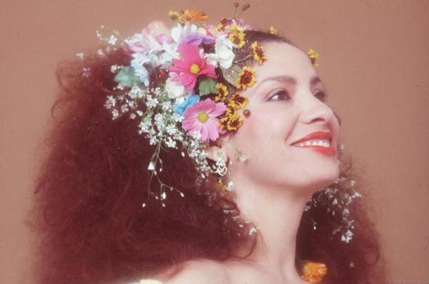 Lana Del Rey também já está muito batido. Uma coroa de flores na cabeça e um vestido branco fazem um lindo look Clara Nunes