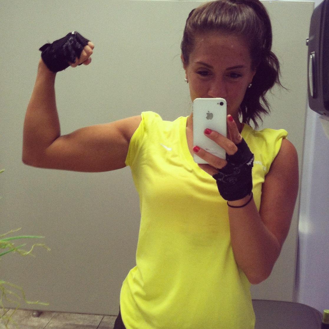Que tal sair de blogueira fitness? Uma roupa de ginástica bem cheguei e um celular de papelão renderão muitas #selfies engraçadas
