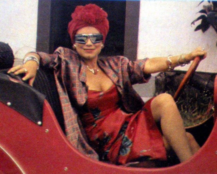 A inesquecível Viúva Porcina só requer um turbante, uma maquiagem bem carregada e um vestido de festa de sua mãe