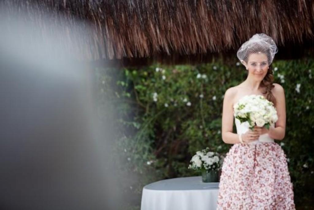 1) Quem disse que precisa ter vestido parecendo bolo de noiva? Chloé gostou de um vestidinho curto e rosa que viu num shopping. Não pensou duas vezes, escolheu como seu vestido de noiva e foi casar feliz