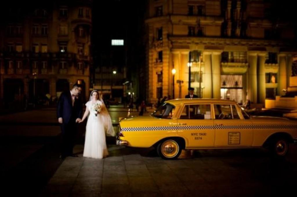 8)  A Julia é daquelas noivas únicas. Ao invés de carro antigo, chegou na igreja num taxi amarelo de Nova York