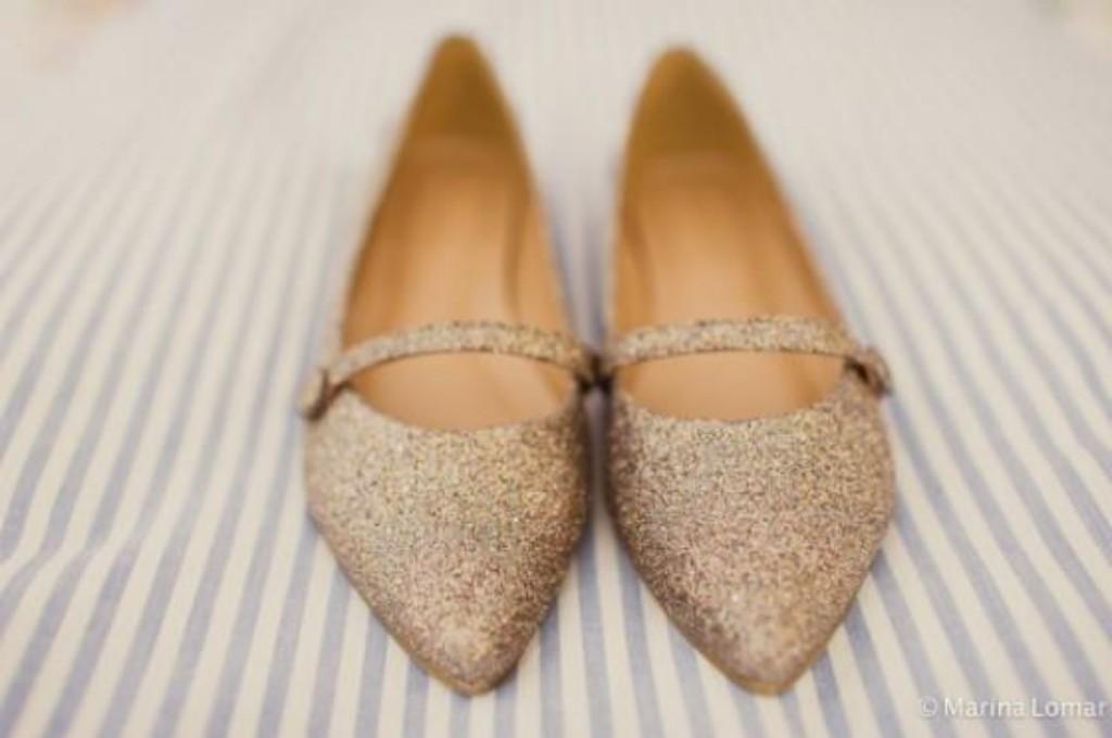 10) Pode casar de sapatilha dourada de glitter? Lógico que pode, Carol se casou assim