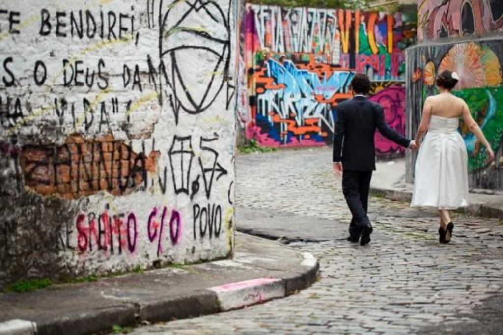11) E na hora das fotos tradicionais o cenário também faz toda a diferença. Claudia e Rodrigo foram para o beco do Batman, de muros grafitados na Vila Madalena, porque foto posada não precisa ser chata