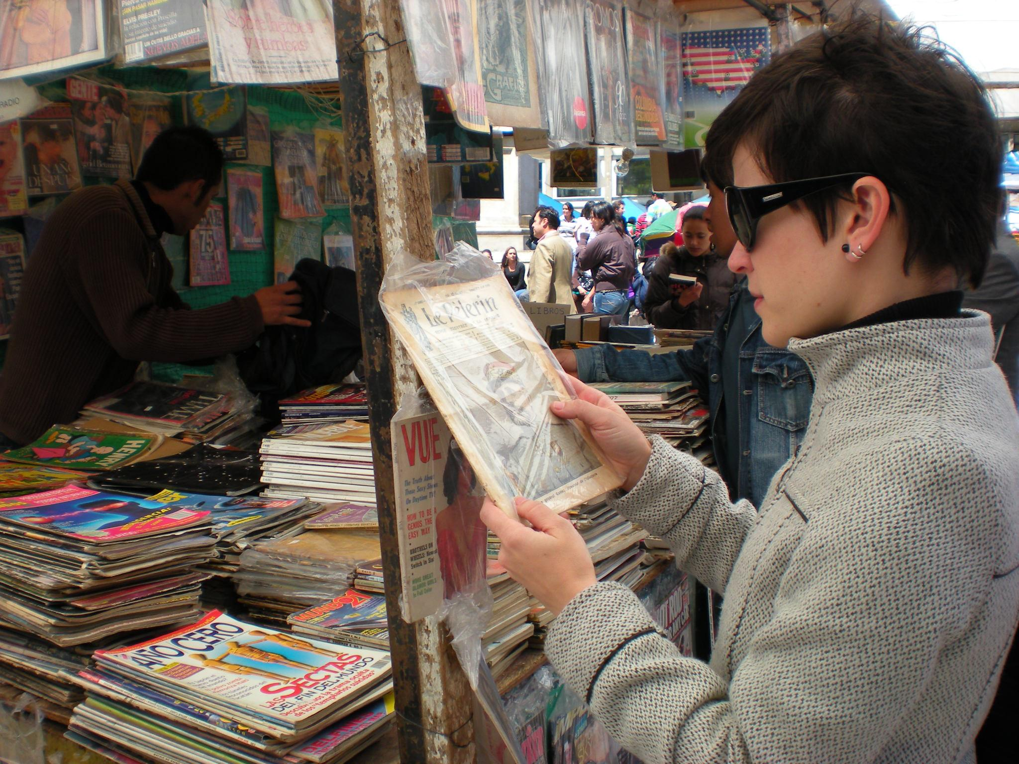 Comprando revista antiga na Plazoleta del Rosário