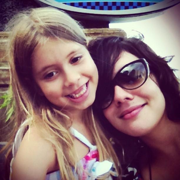 Daniela Arrais e a afilhada Luiza, em foto do Instagram