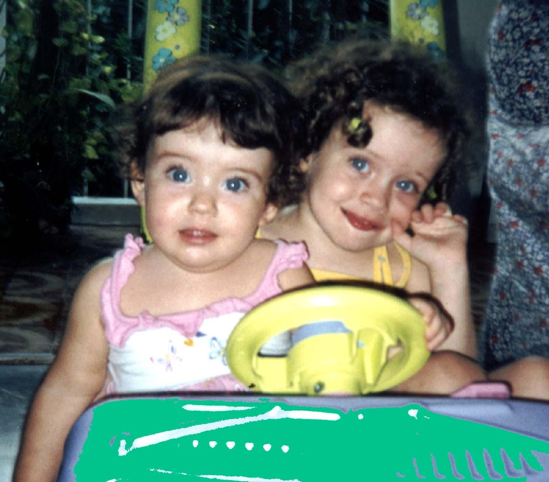 Laurinha, 7, Clara, 9, e os olhos azuis que puxaram da mãe, do pai, do avô...