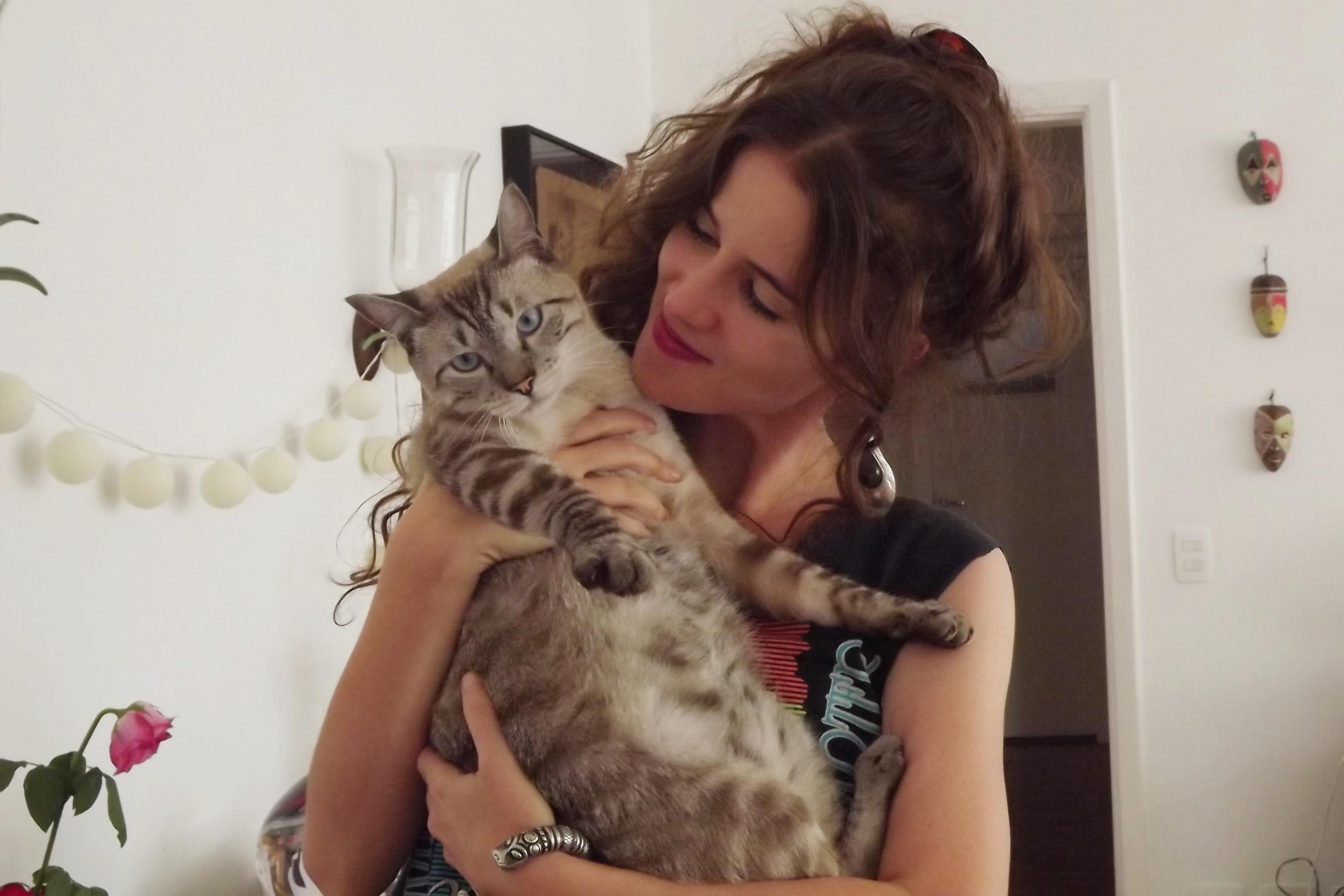 Em sua casa, com o gato Chico