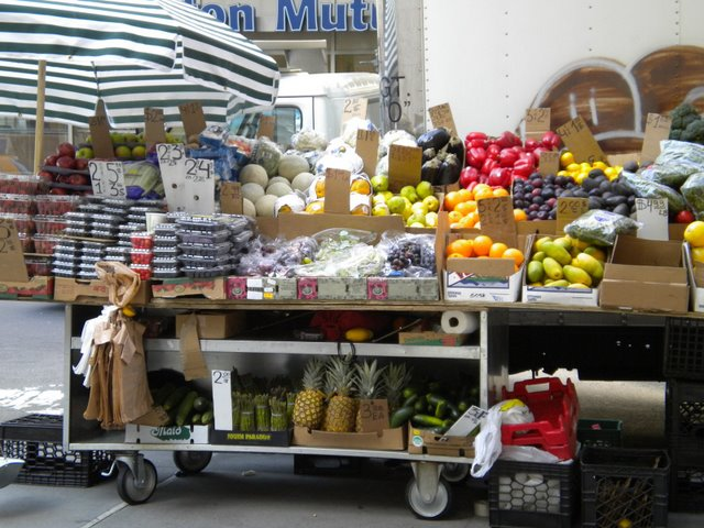 Barraca de frutas, têm várias espalhadas a cada esquina > concorrendo com as de Pretzels e Hot Dogs.