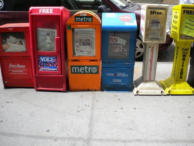 As clássicas caixas de jornais, fanzines, muitos gratuitos, onde > você pode pegar boas dicas do que acontece na cidade