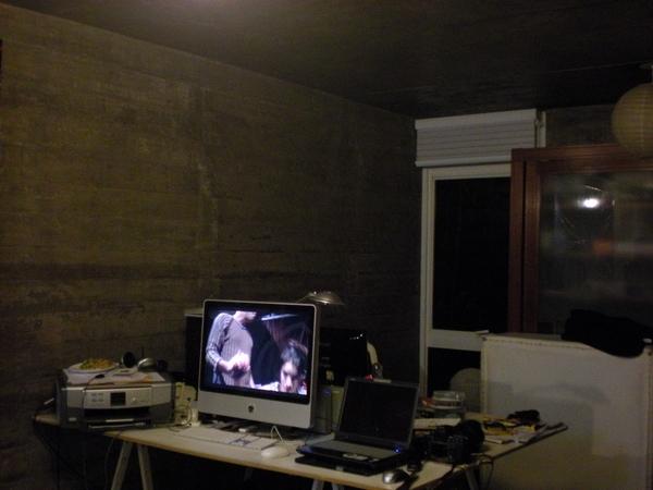 A transmissão é feita da sala da casa de Renata
