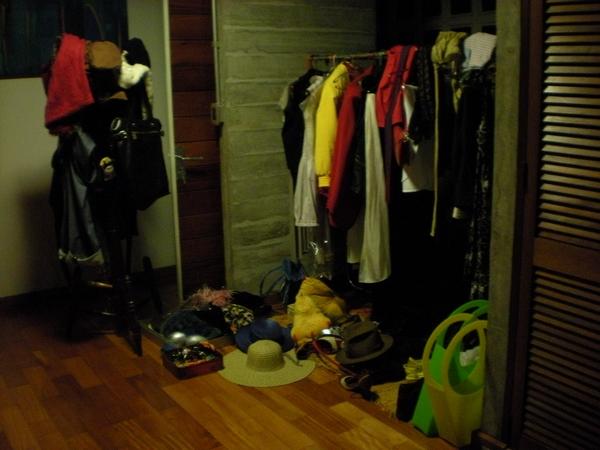 O acervo de figurinos, em um quarto da casa da diretora