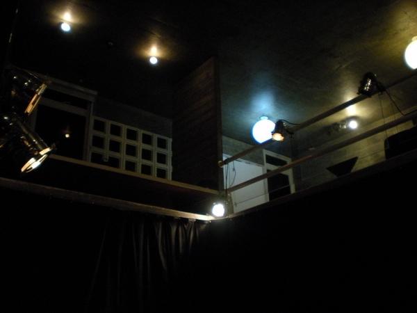 A sala em que são encenadas as peças, parecida com um teatro de arena