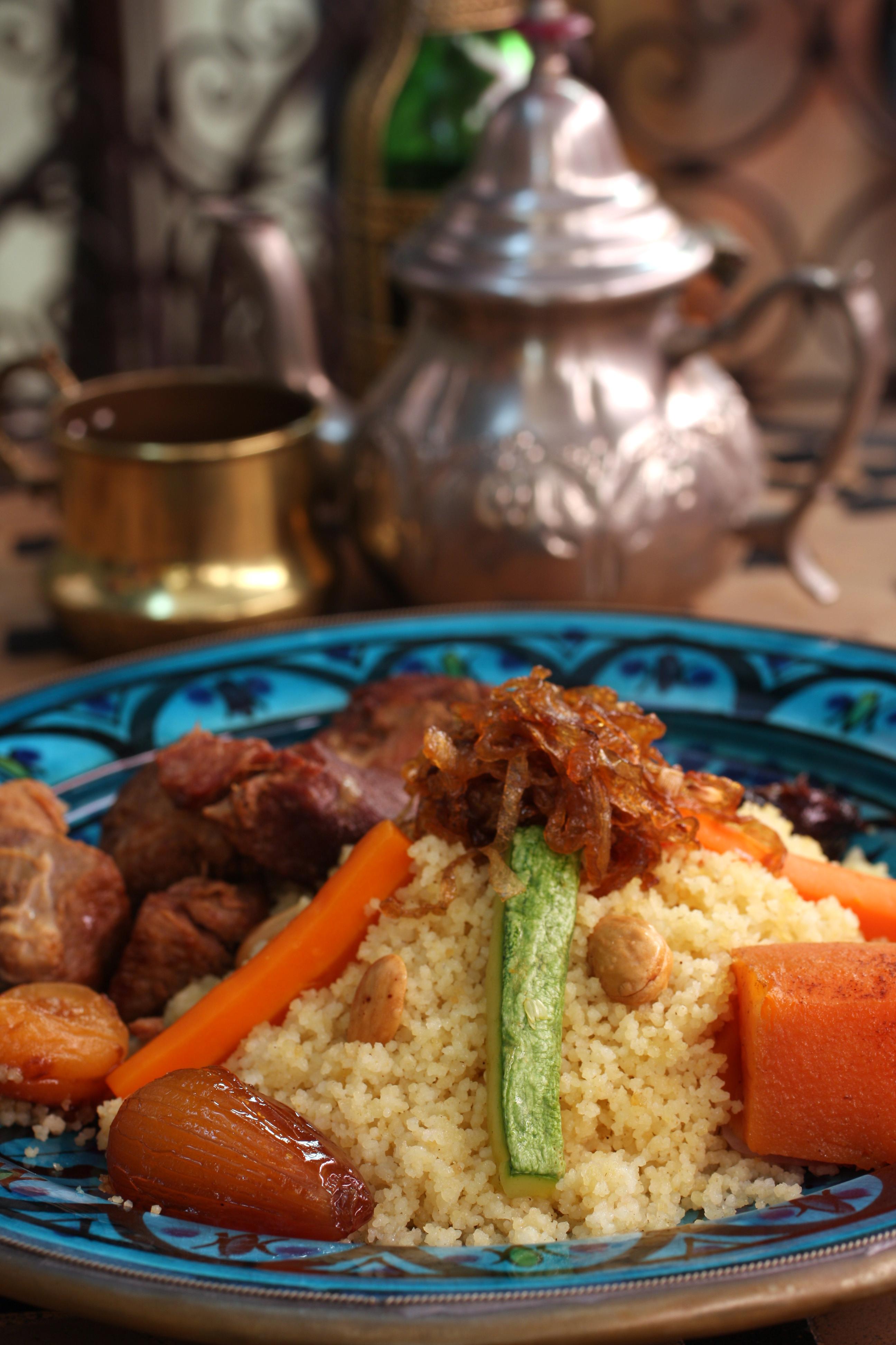 Servida à parte no Tanger, a harissa apimenta pratos como o Couscous Royal, com couscousmarroquino, cordeiro, legumes, frutas secas, amêndoas, grão de bico e cebola caramelizada