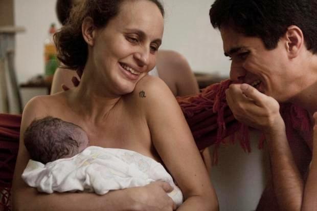 Erika e Glauber curtem o nascimento de Théo em casa. O parto foi mostrado no livro Parto com Amor