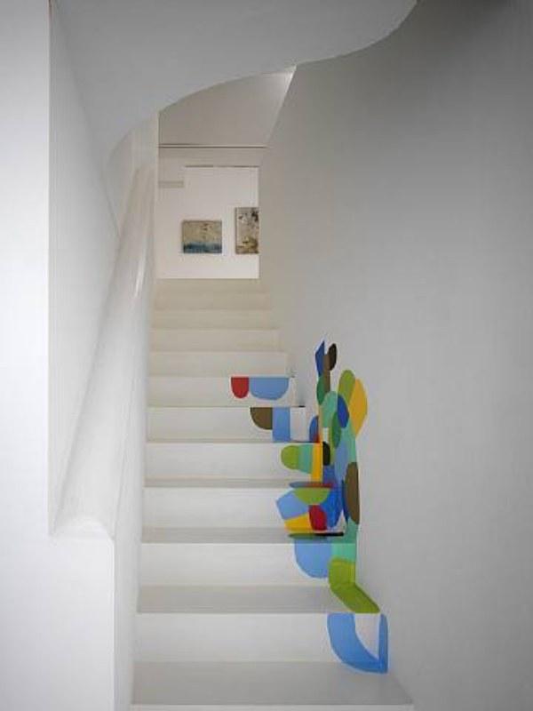 E não precisa ficar somente nos degraus. Estender a pintura à parede lateral da escada dá um resultado bem diferente