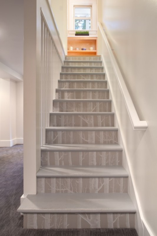 Para quem não é muito fã de tintas mas gosta do efeito de uma pintura pode aplicar um papel de parede nos espelhos da escada