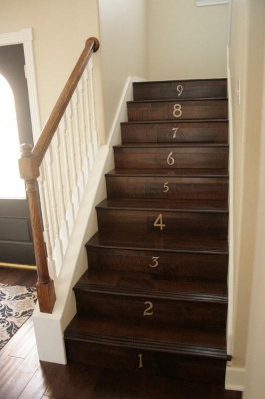 Colocar números tanto nos pisos quanto nos espelhos dos degraus pode ser óbvio mas é legal para quem tem criança pequena em casa, assim ela aprende a contar em ordem crescente (subindo a escada) e decrescente (descendo a escada) [risos]