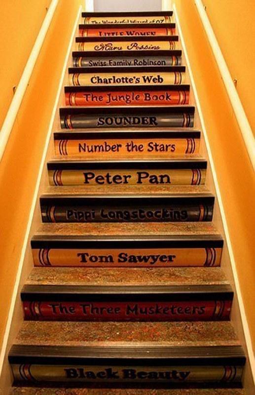 Outra opção legal para crianças é pintar os espelhos da escada como se fossem as lombadas de vários livros (os preferidos dela, claro!)