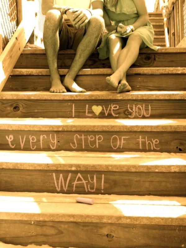 Se a sua escada é de madeira uma ótima ideia é usar giz para escrever nela. Quando cansar é só apagar e escrever outra! Ou fazer lindas declarações como essa da foto para as pessoas que você gosta
